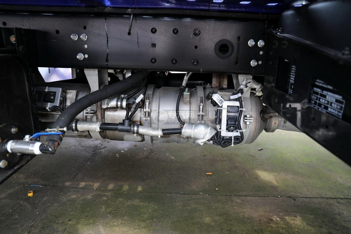 重汽豪沃单桥国六蓝牌双层清障车尾气排放管