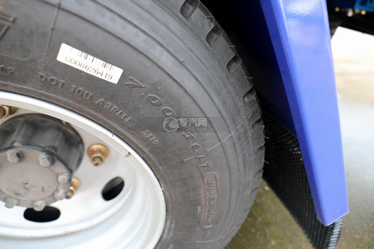 重汽豪沃单桥国六蓝牌双层清障车轮胎细节
