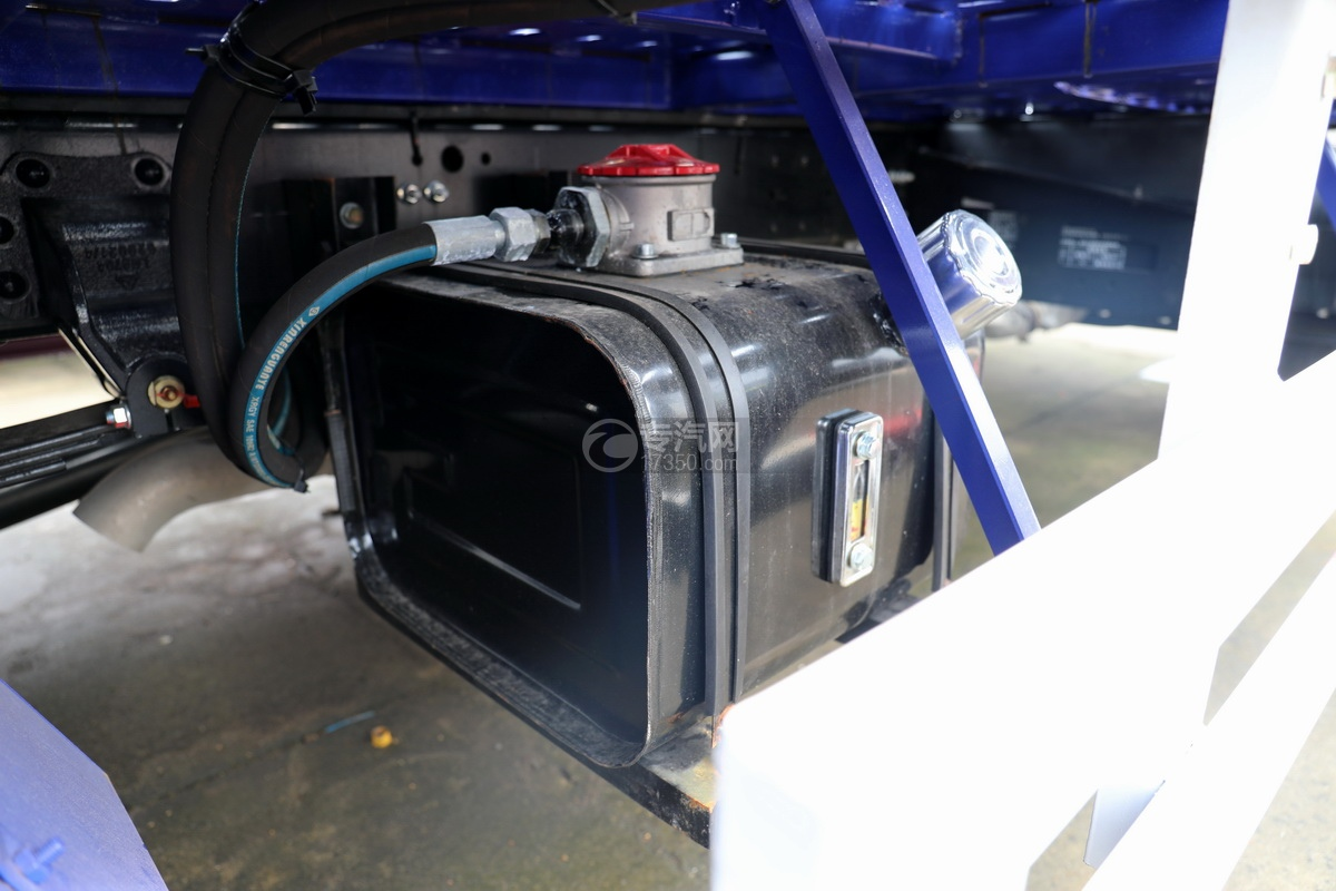 重汽豪沃单桥国六蓝牌双层清障车液压油箱