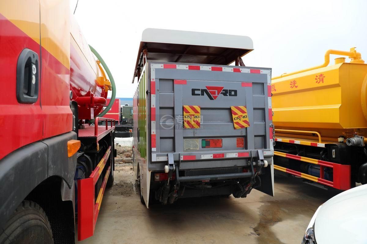 長安國六密閉式桶裝垃圾運輸車側后方圖
