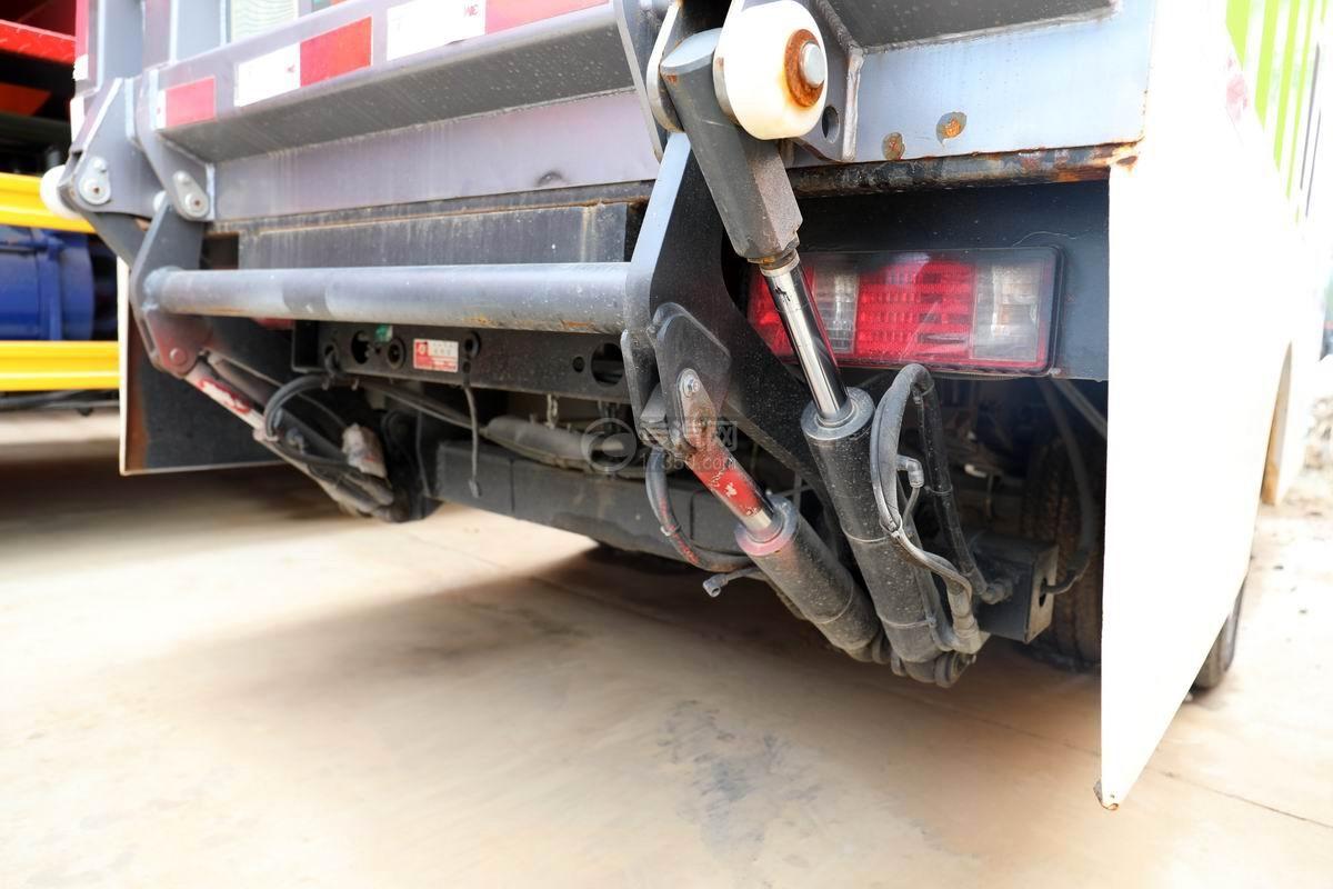 長安國六密閉式桶裝垃圾運輸車細節