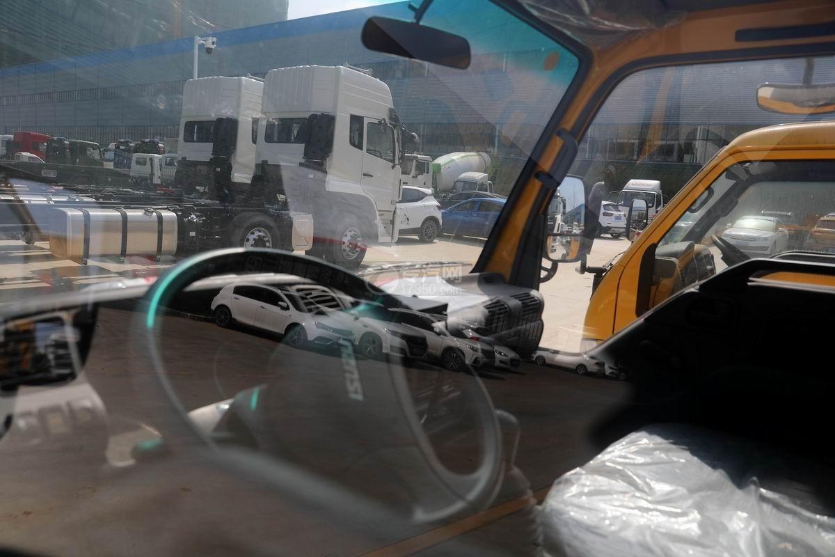 慶鈴五十鈴ELF雙排救險車駕駛室內部圖