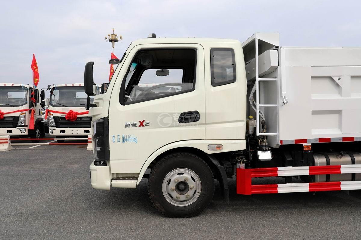 奧馳X2廂式垃圾車排半駕駛室