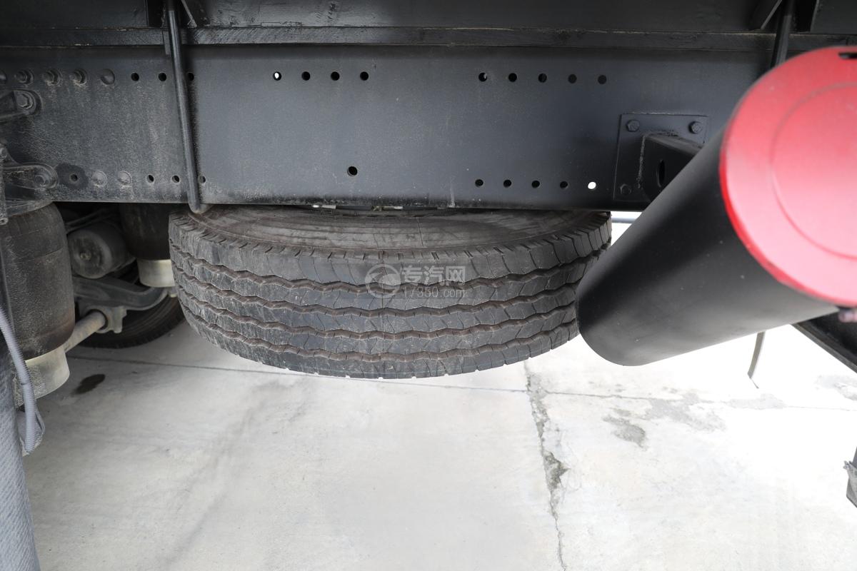 重汽豪沃T5G前四后八国六12.3方现场混装乳化炸药车备胎