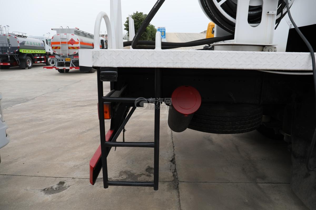 重汽豪沃T5G前四后八国六12.3方现场混装乳化炸药车平台爬梯
