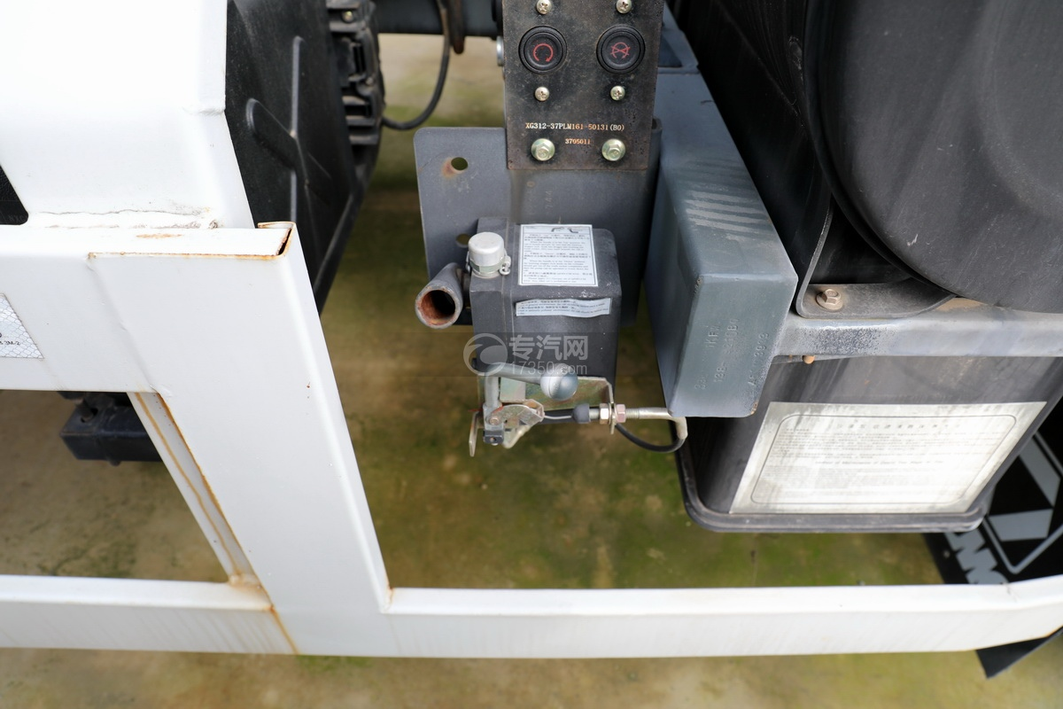 徐工祺龙后双桥国五4.61方搅拌车驾驶室翻转装置