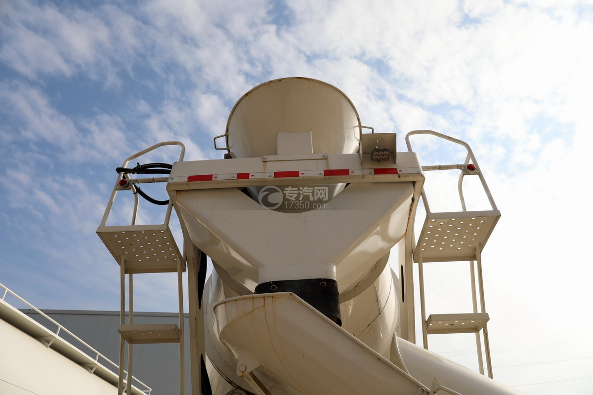 徐工祺龙后双桥国五4.61方搅拌车进出料系统