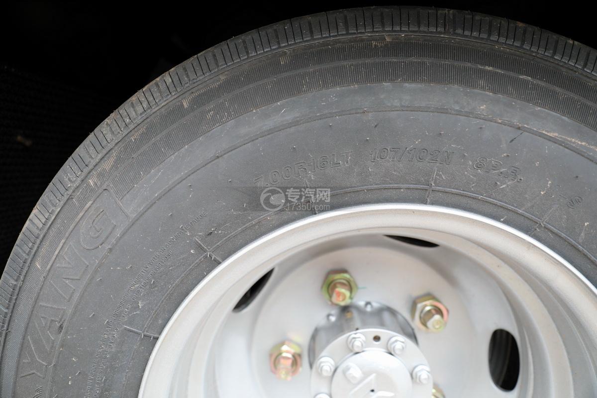 五十铃KV100国六雏禽运输车轮胎细节