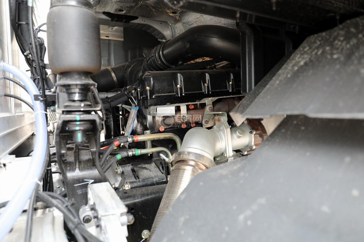 东风天龙KL前四后八国五铝合金畜禽运输车发动机细节