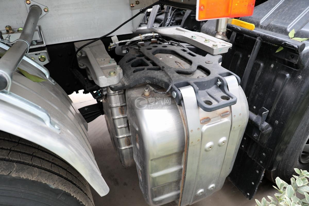 东风天龙KL前四后八国六29.7方铝合金运油车尾气处理装置