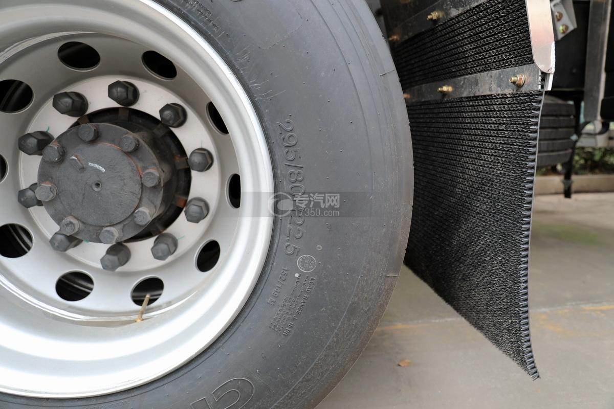 东风天龙KL前四后八国六29.7方铝合金运油车轮胎细节