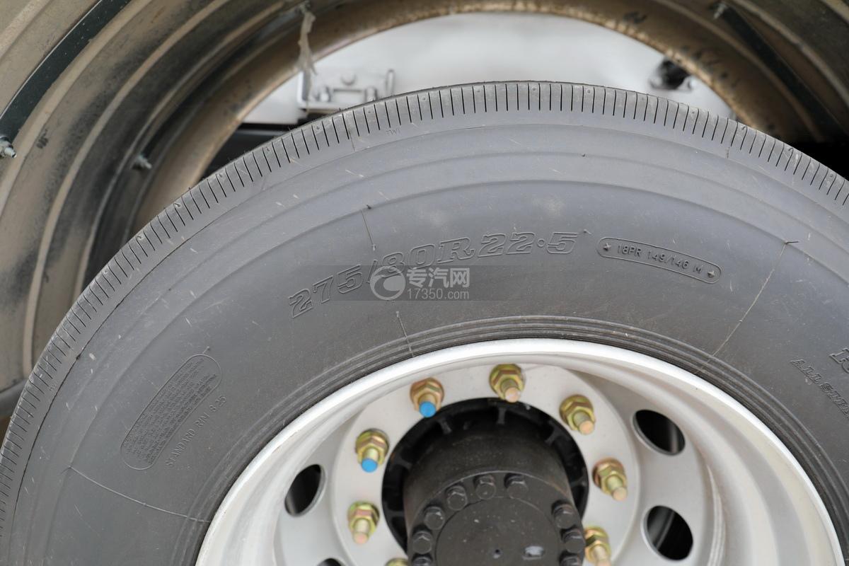 东风天锦VR单桥国六13.9方铝合金运油车轮胎细节