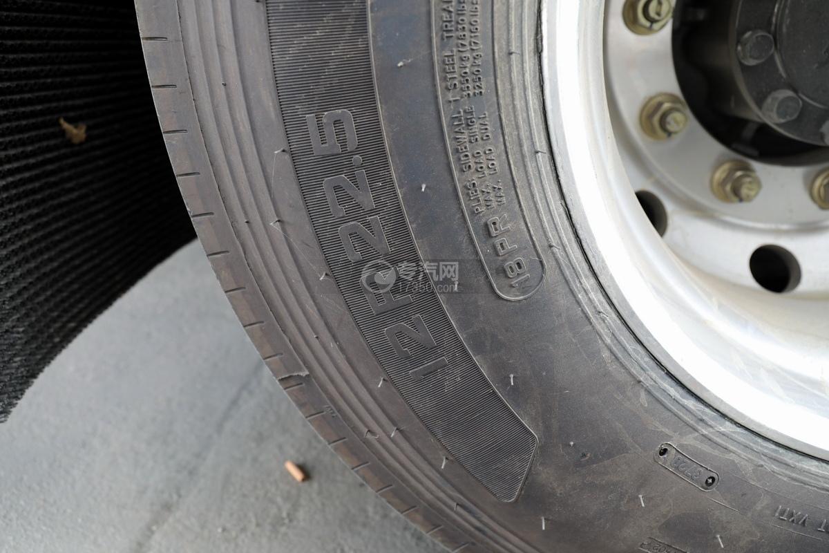重汽豪沃前四后八国六铝合金畜禽运输车轮胎细节