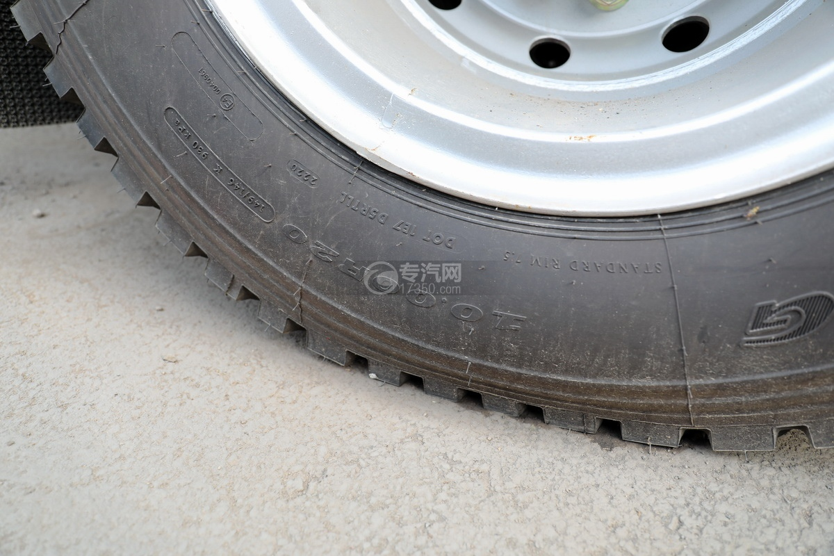 东风柳汽乘龙M3单桥国六12.17方清洗吸污车轮胎细节
