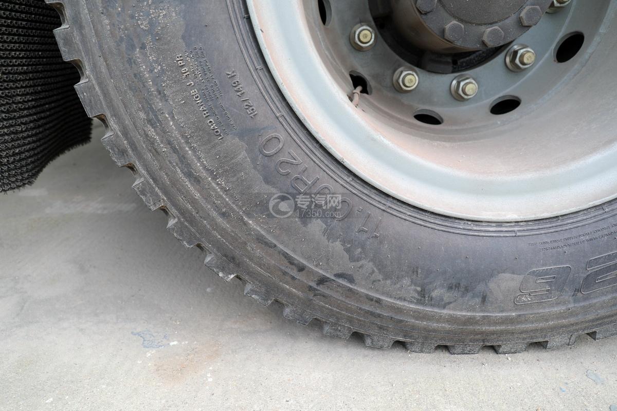 陕汽德龙新M3000后双桥国六16.79方清洗吸污车轮胎细节