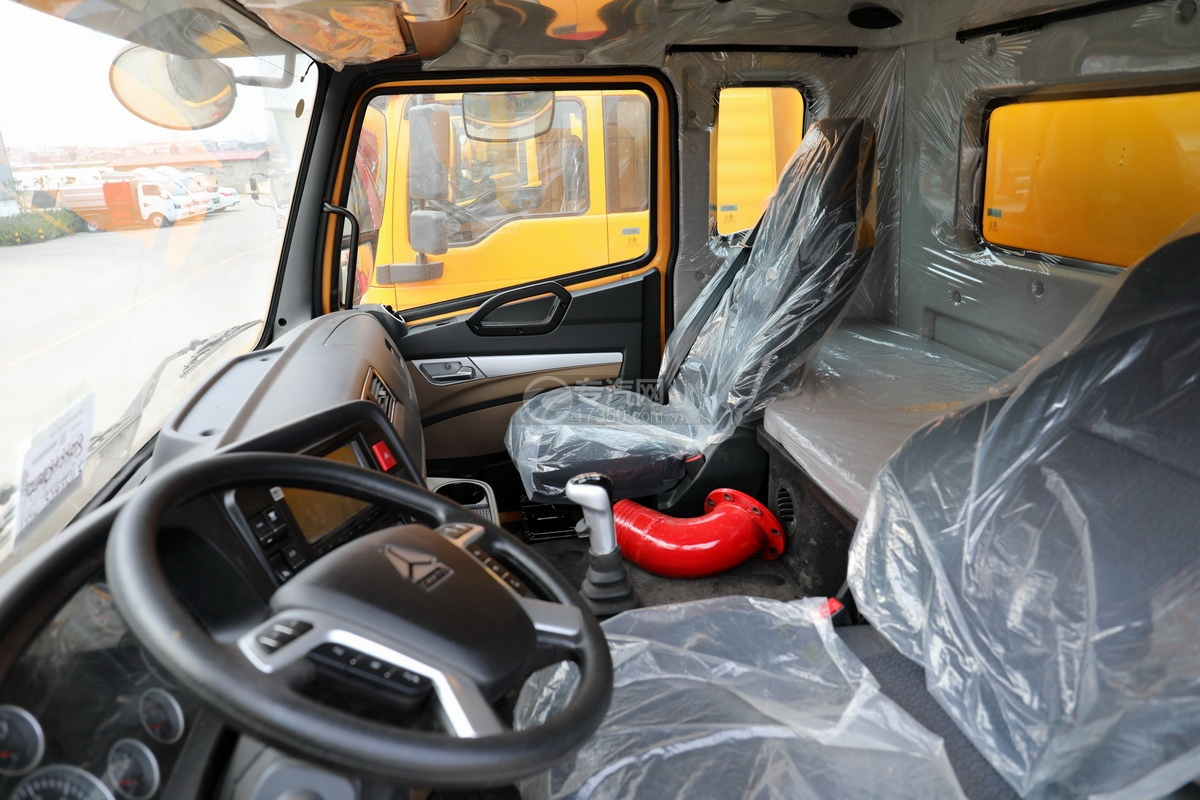 重汽豪瀚前四后八国六清洗吸污车驾驶室