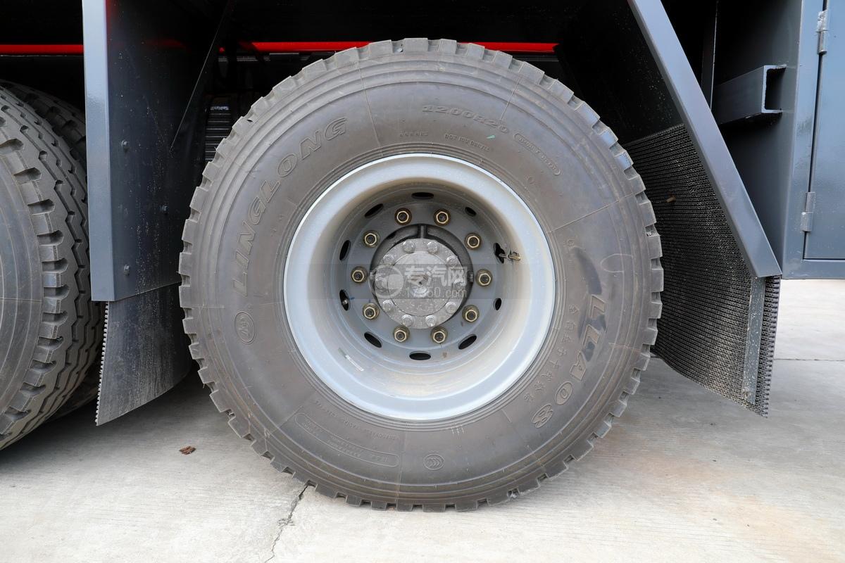 重汽豪瀚前四后八国六清洗吸污车轮胎