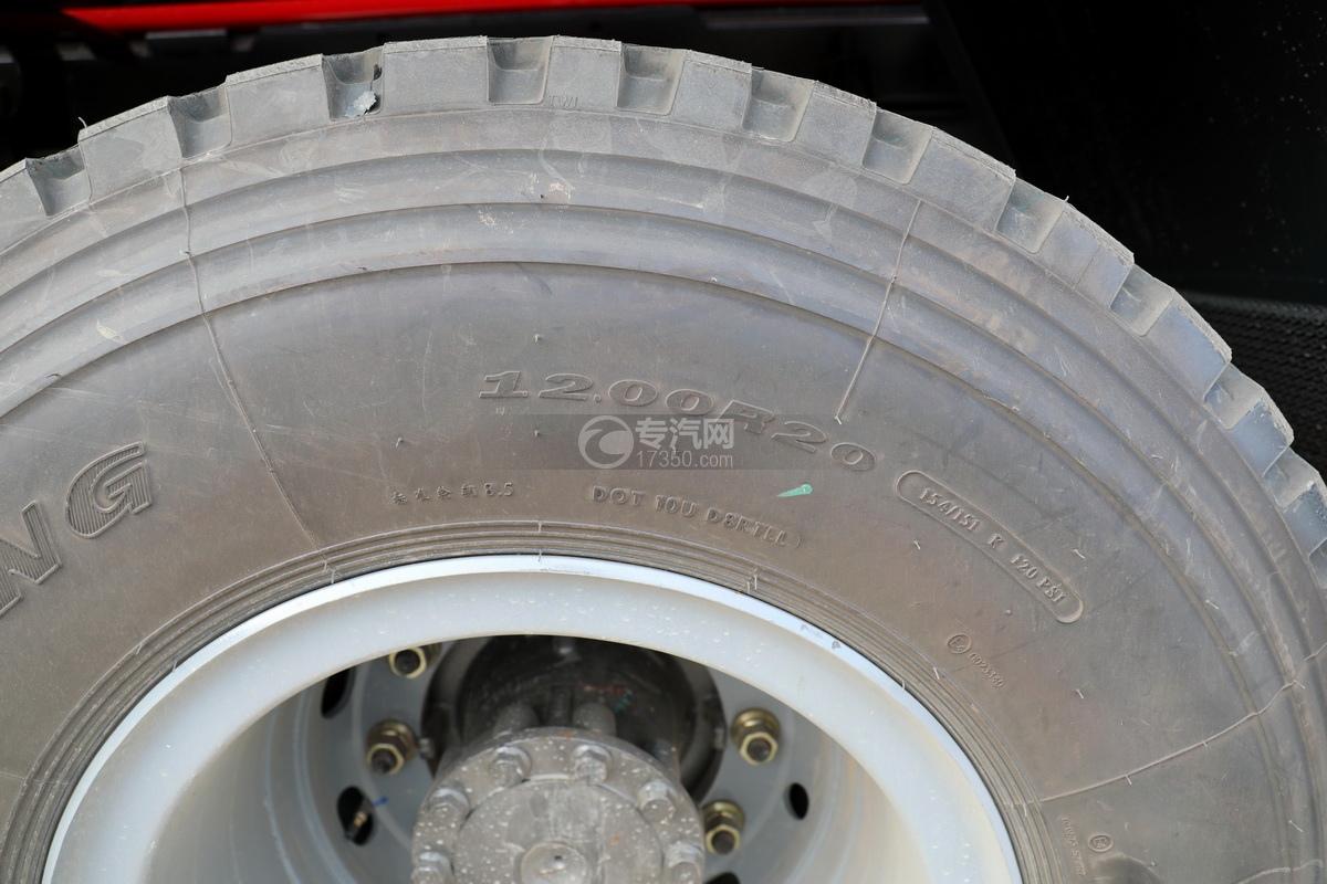 重汽豪瀚前四后八国六清洗吸污车轮胎细节