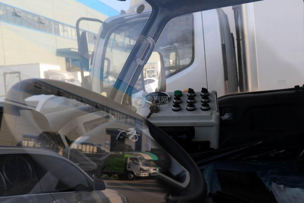 福田時代小卡之星國六掃路車駕駛室內部控制面板