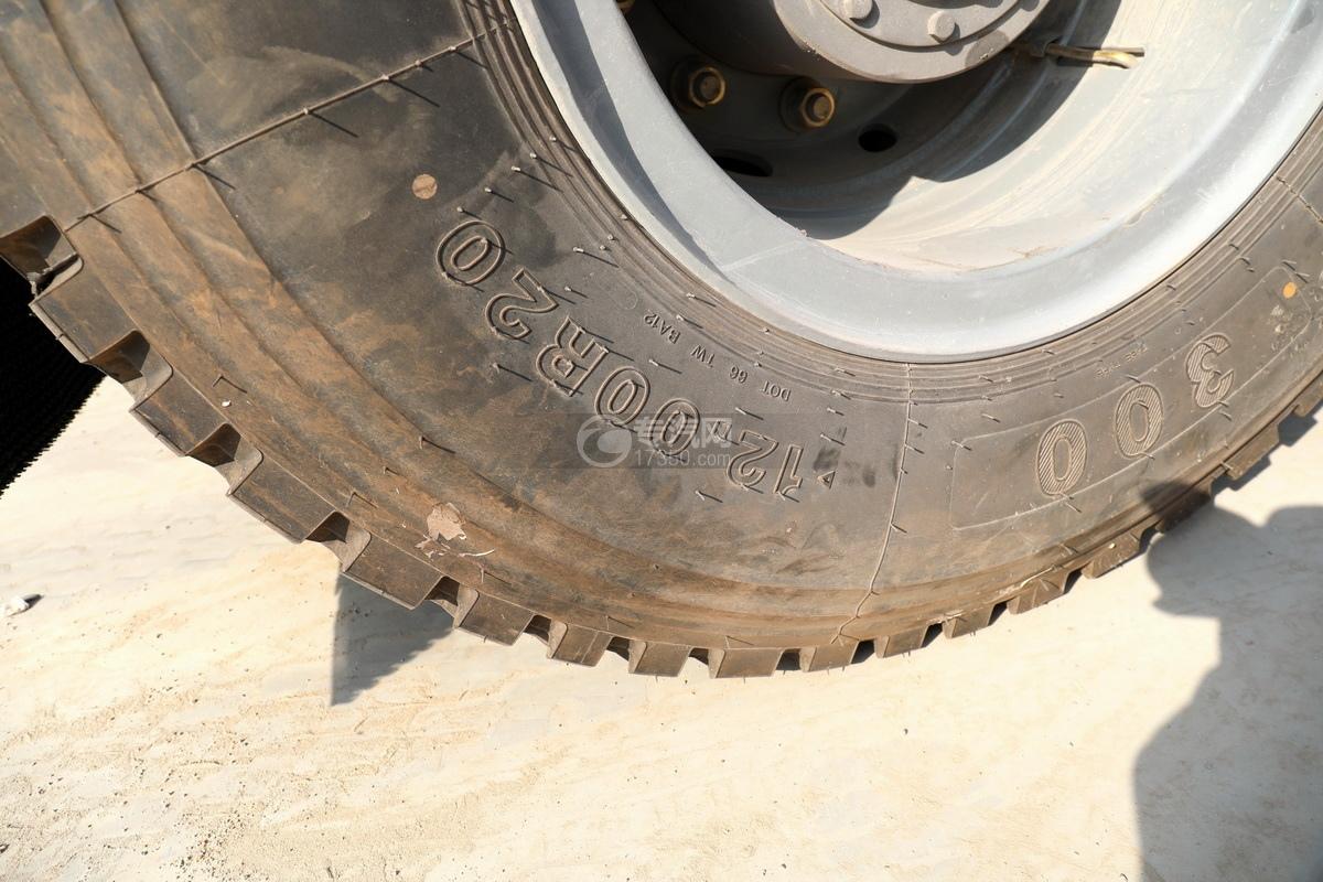 重汽豪沃TX350后雙橋國六拖吊聯體清障車輪胎細節