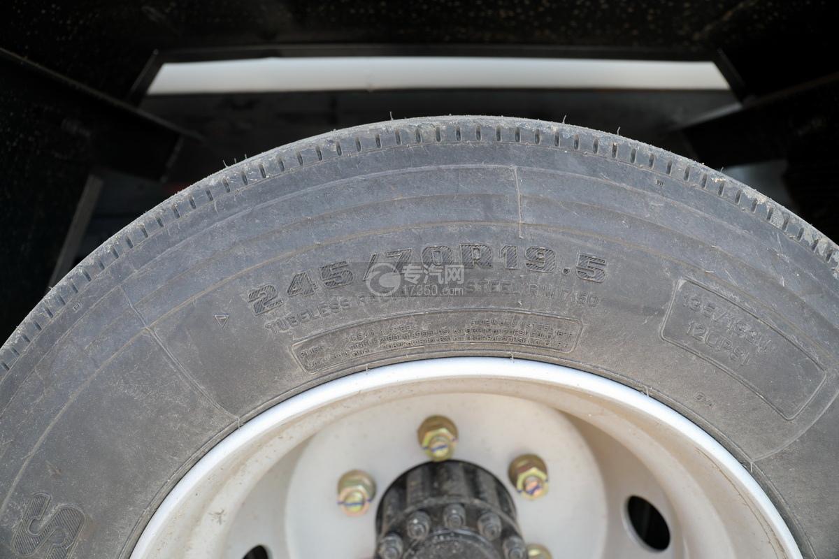 东风多利卡D7国六清洗吸污车轮胎细节