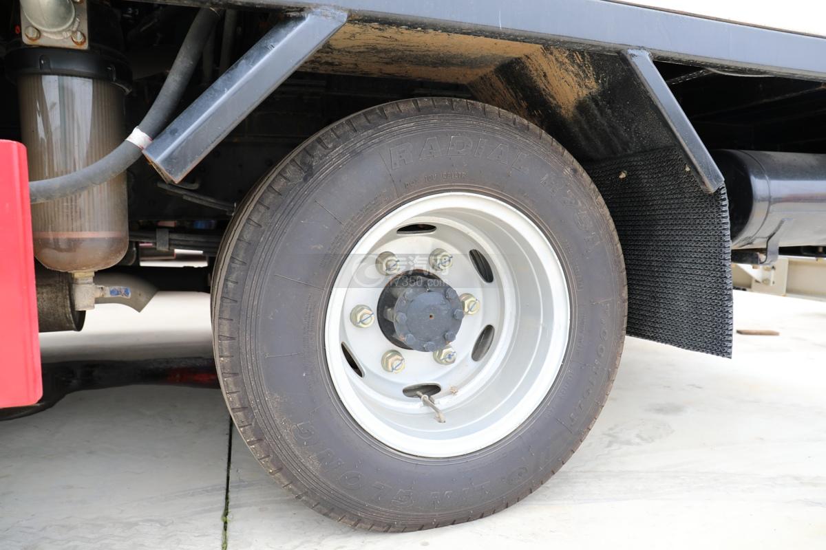 東風多利卡D6國六護欄清洗車輪胎
