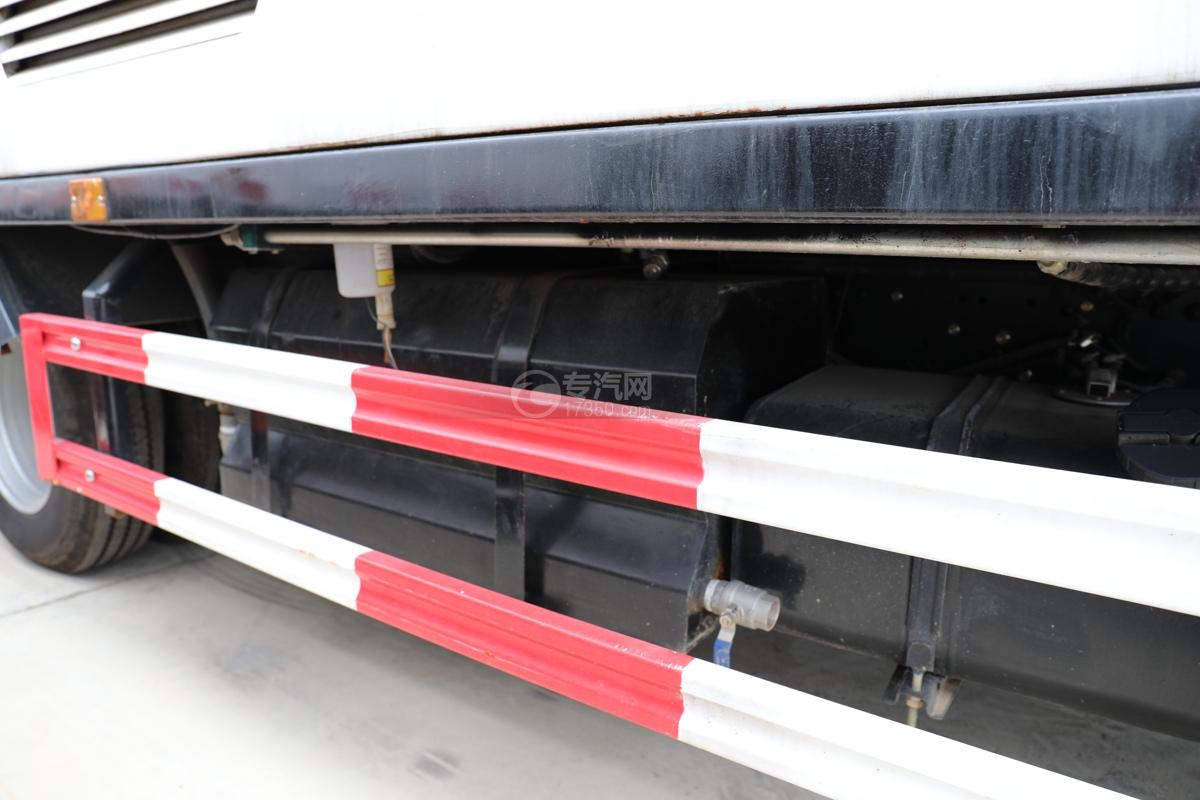 東風多利卡D6國六護欄清洗車水箱
