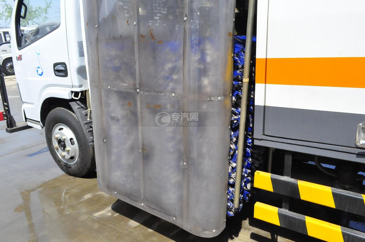 东风小多利卡国六护栏清洗车(老外观)清洗刷