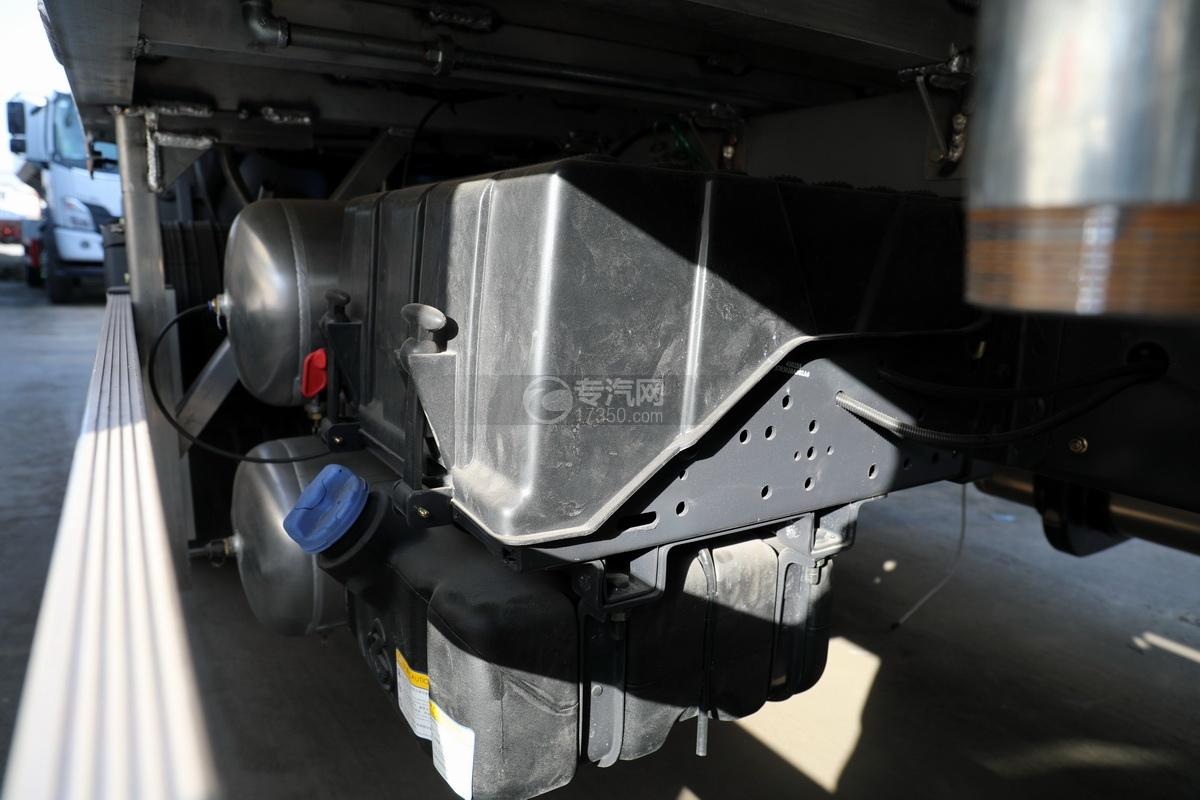 东风柳汽乘龙H5单桥国六铝合金畜禽运输车蓄电池、尿素罐