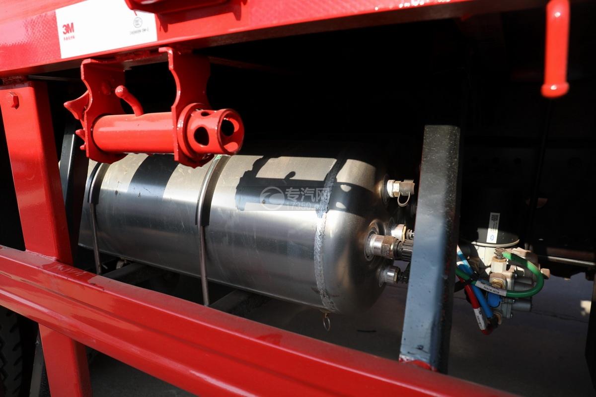 解放J6L单桥国五三一8吨直臂随车吊储气罐