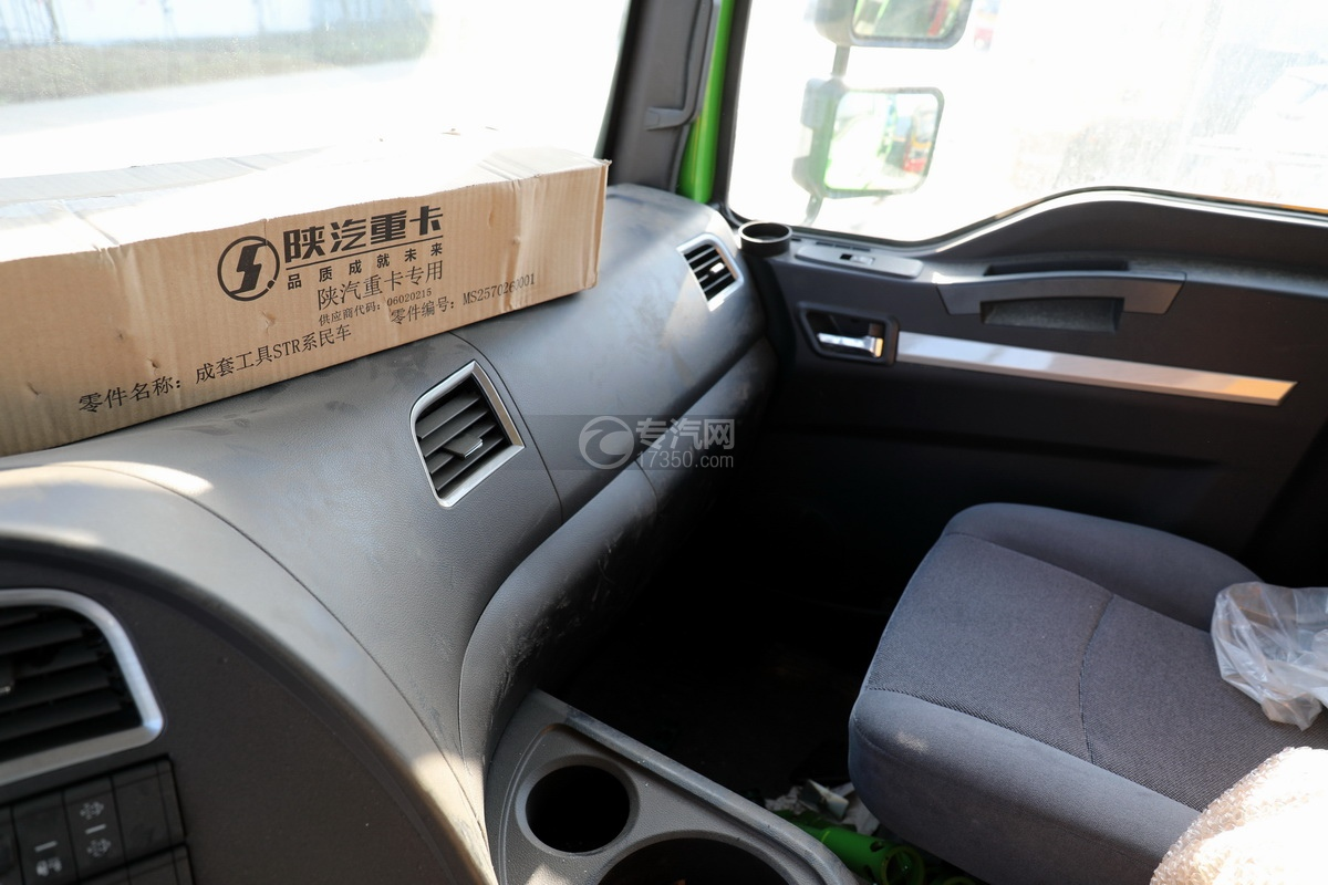 陕汽德龙新M3000后双桥国六16.79方清洗吸污车(绿色)储物格