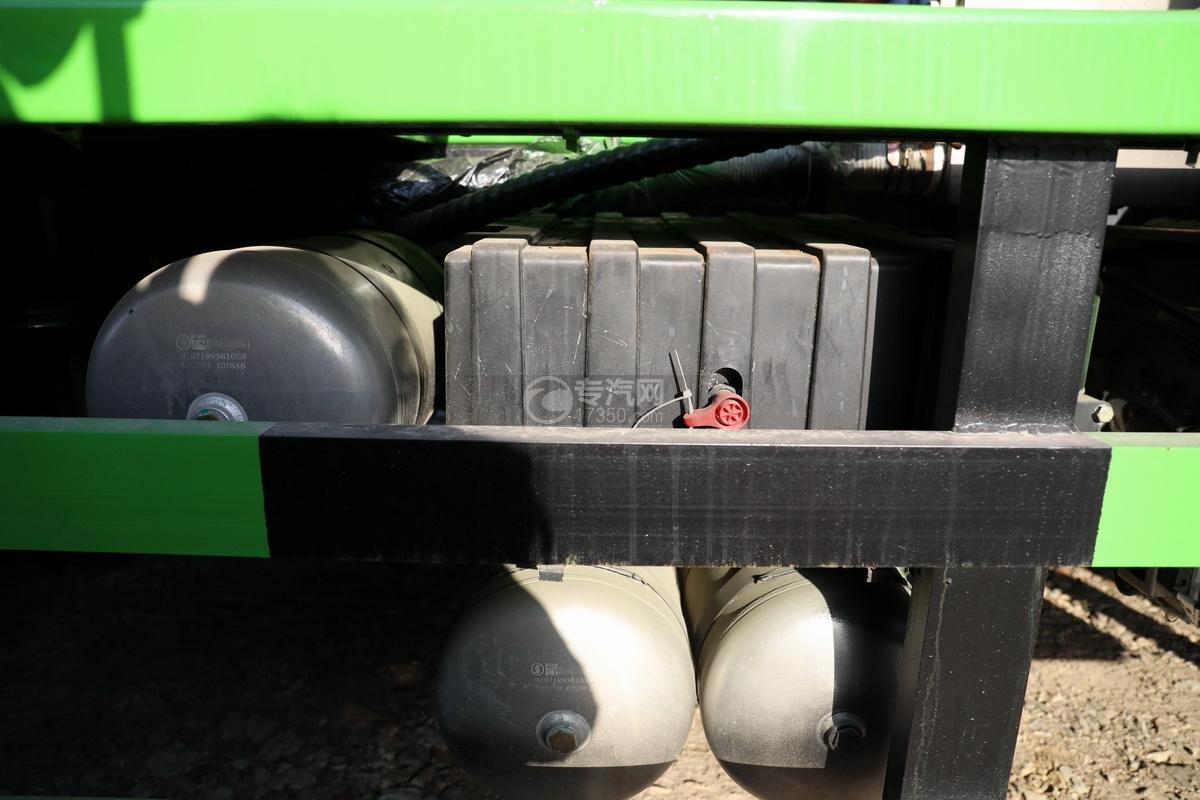 陕汽德龙新M3000后双桥国六16.79方清洗吸污车(绿色)蓄电池
