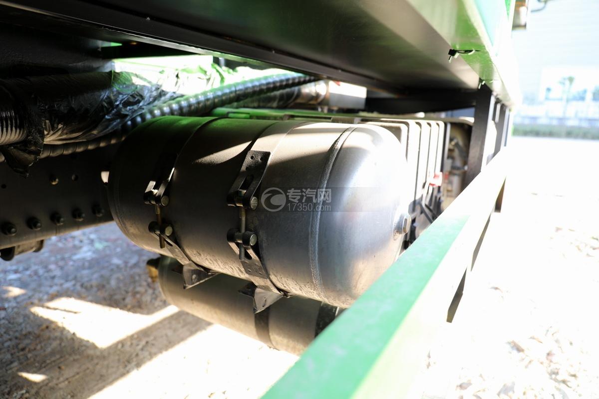 陕汽德龙新M3000后双桥国六16.79方清洗吸污车(绿色)储气罐