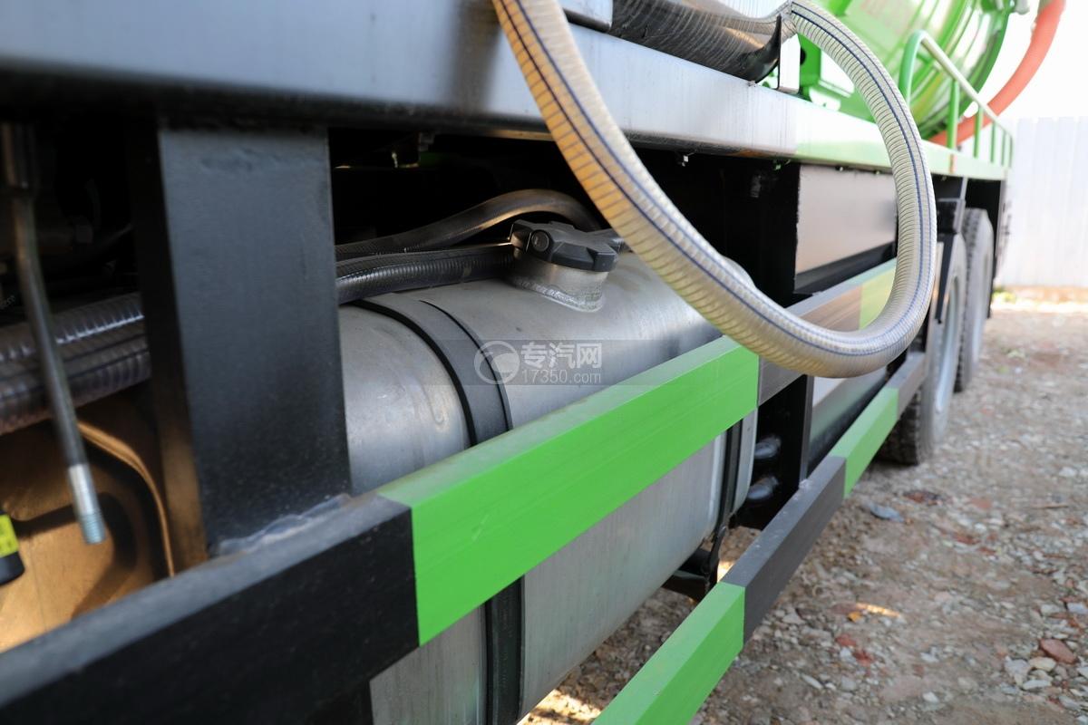 陕汽德龙新M3000后双桥国六16.79方清洗吸污车(绿色)油箱