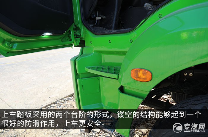 陕汽德龙新M3000后双桥国六清洗吸污车评测上车踏板