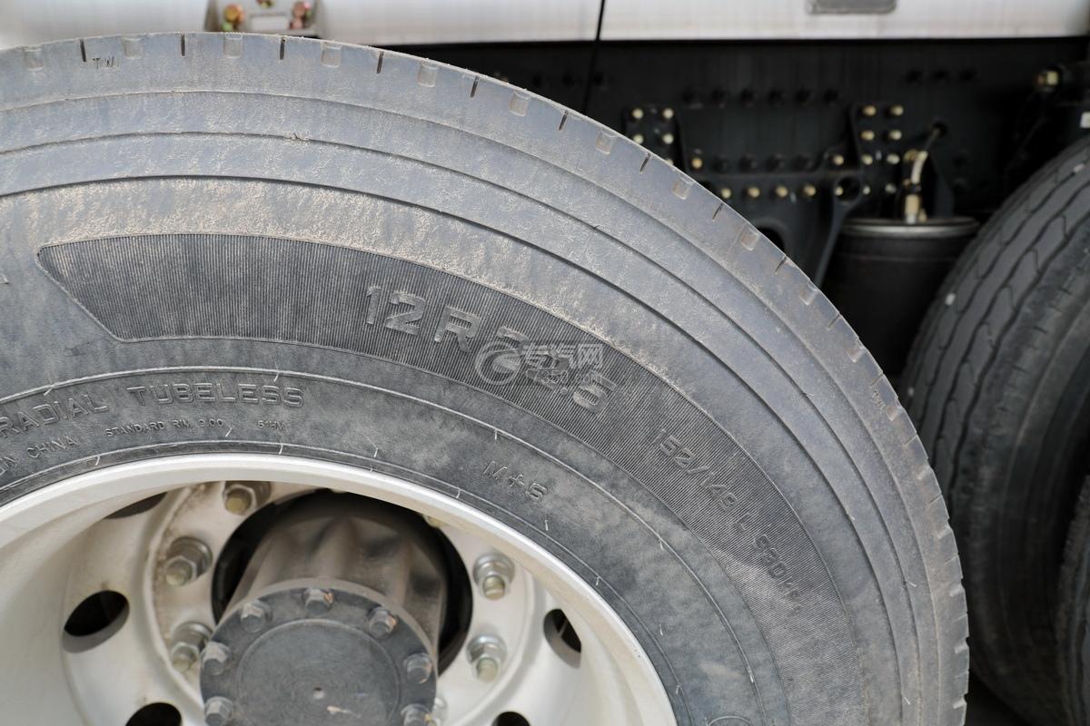 解放J6前四后八國五27方鋁合金運油車輪胎細節
