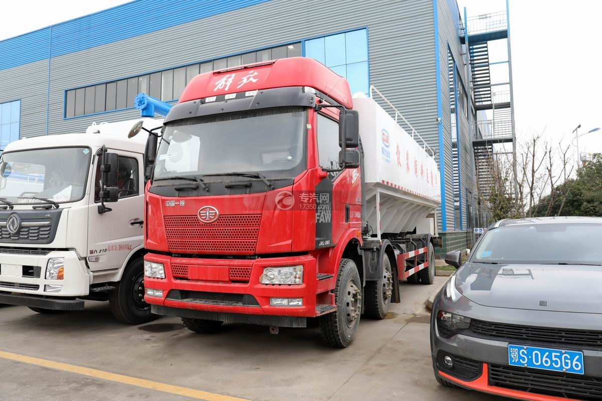 解放J6L小三轴国六散装饲料运输车
