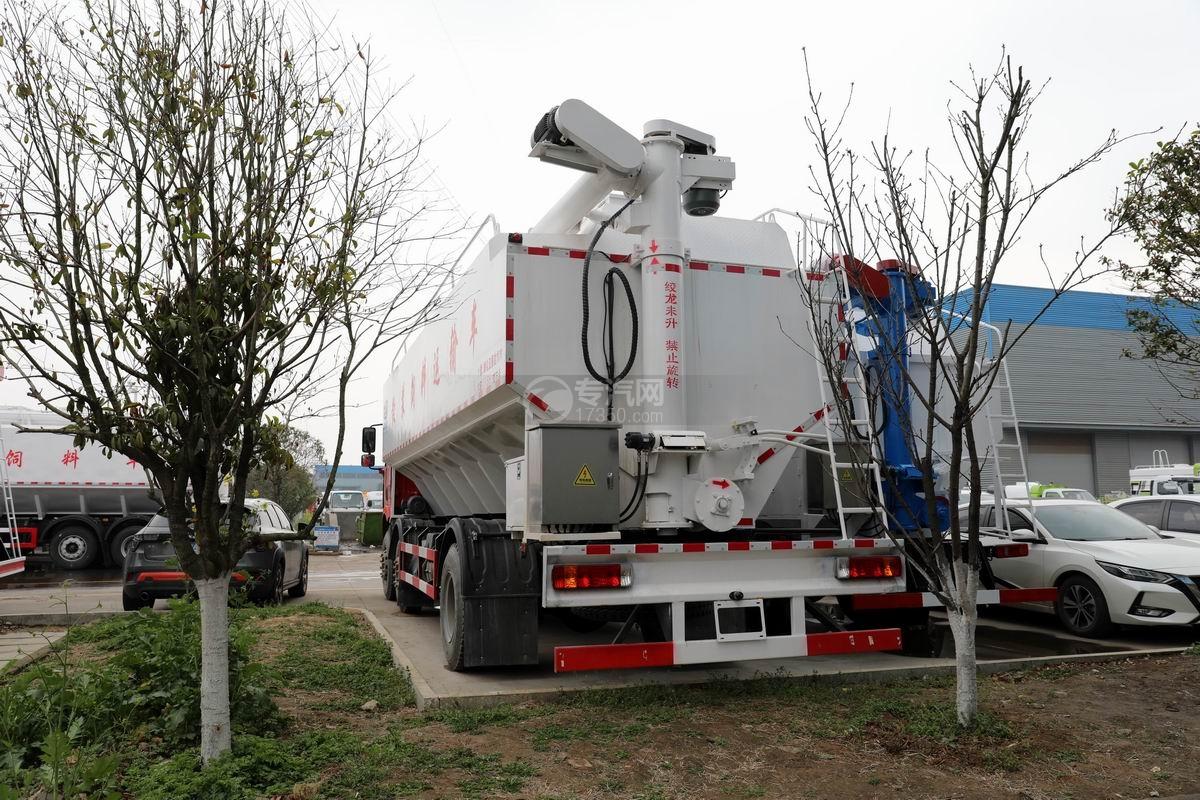 解放J6L小三軸國六散裝飼料運輸車側后方圖