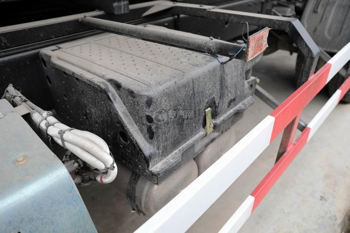 解放J6L小三軸國六散裝飼料運輸車蓄電池