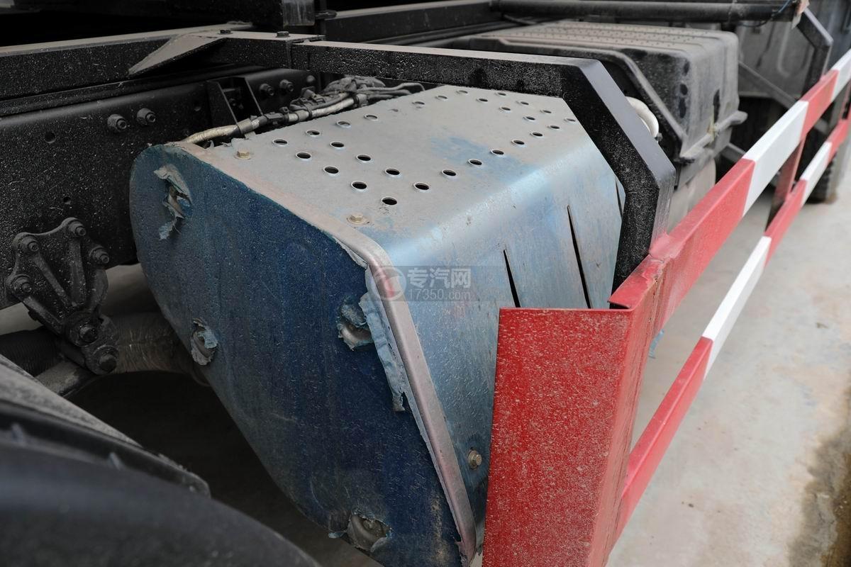 解放J6L小三軸國六散裝飼料運輸車尾氣處理裝置