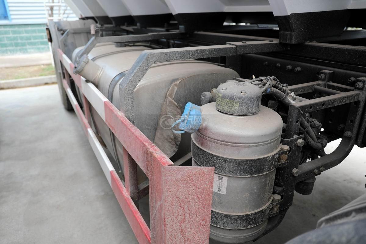 解放J6L小三軸國六散裝飼料運輸車尿素罐、油箱