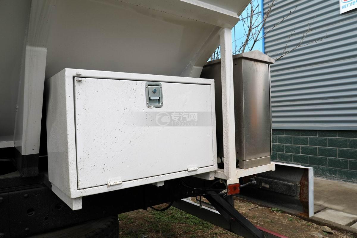 解放J6L小三軸國六散裝飼料運輸車工具箱