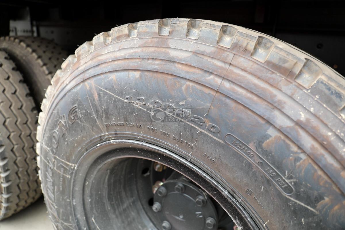 東風華神T5后雙橋國六12噸直臂隨車吊輪胎細節
