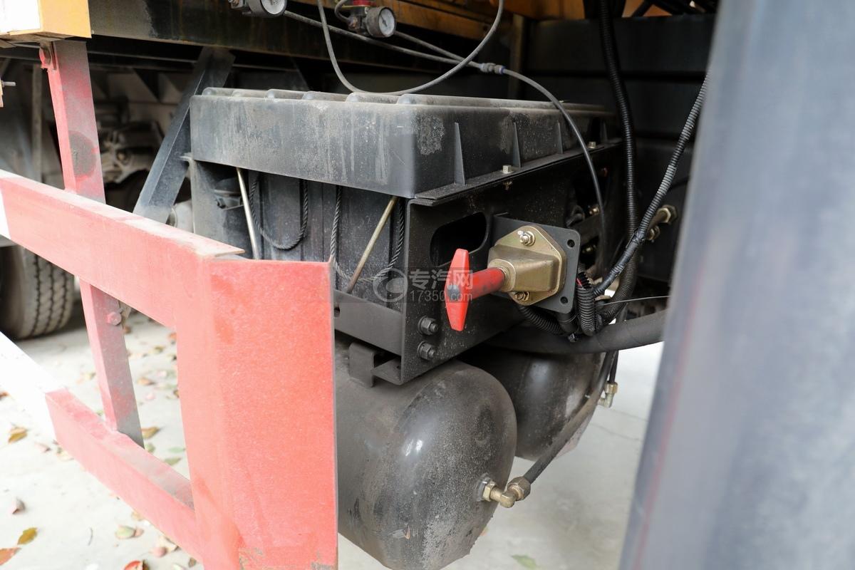 湖北大運運途國五4噸折臂隨車吊蓄電池、儲氣罐