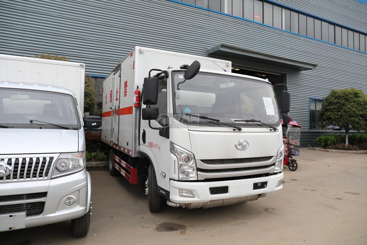 跃进超运C500国六4.1米杂项危险物品厢式运输车右前图