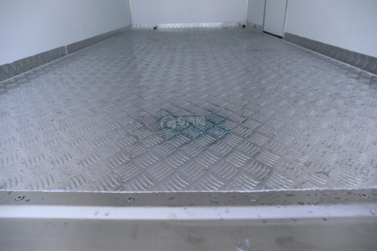 飞碟W5国六蓝牌4.085米冷藏车花纹铝板