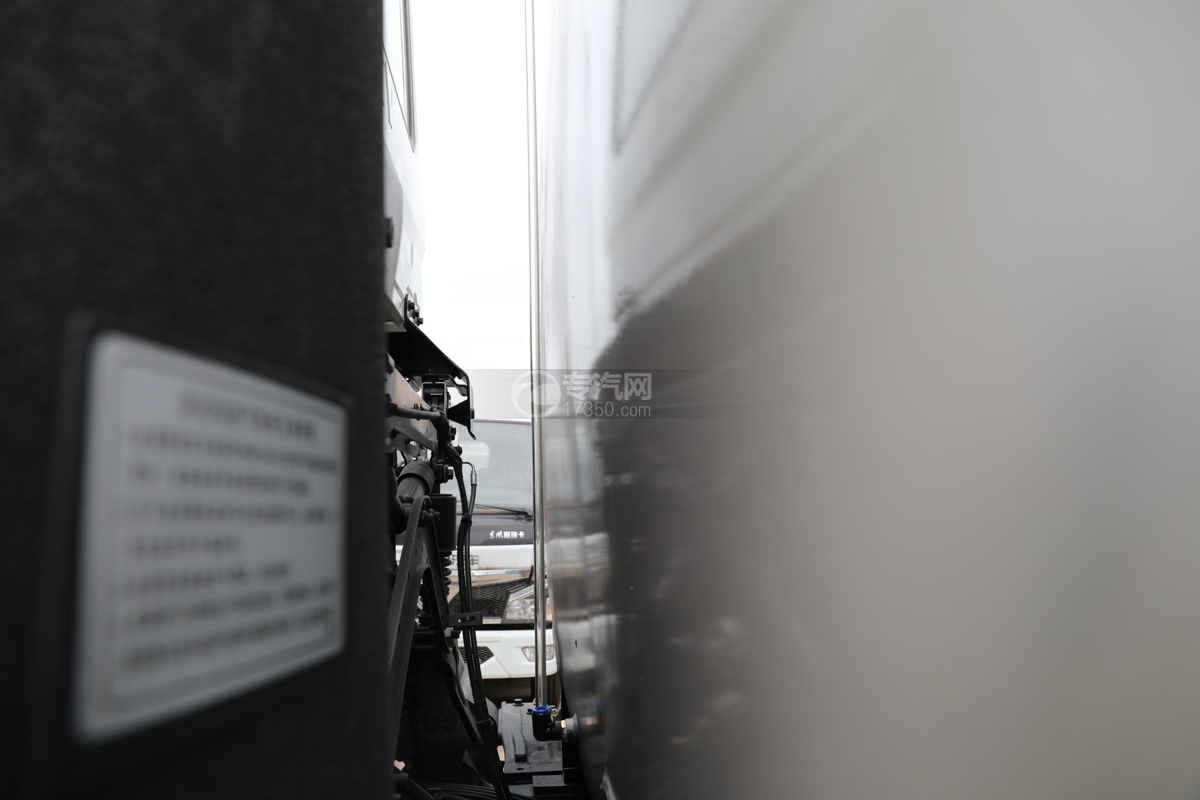 东风天龙KL后双桥国六14.49方洒水车量管