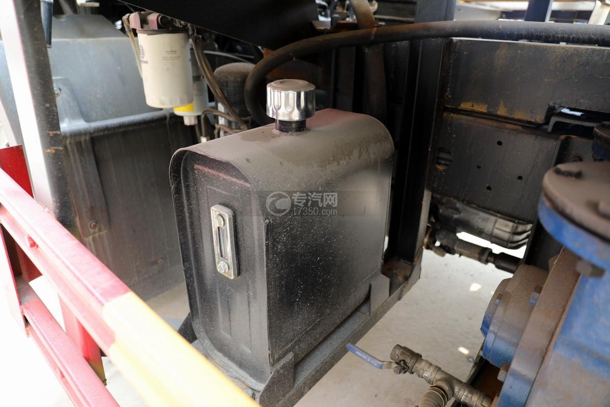 重汽豪沃单桥国六8.28方清洗吸污车液压油箱