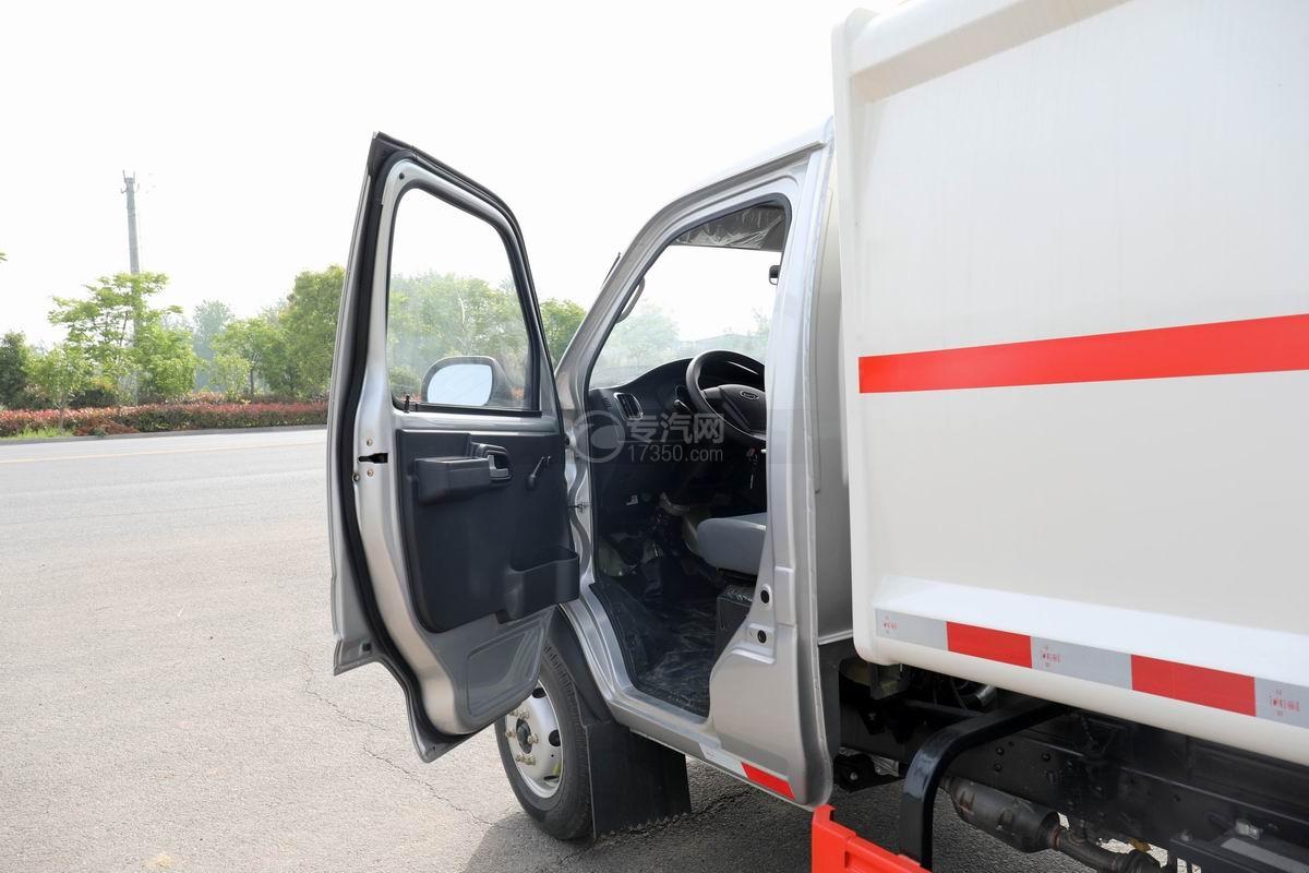 开瑞国六自装卸式垃圾车驾驶室打开图