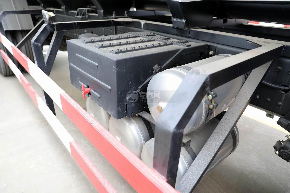 陕汽轩德翼6小三轴散装饲料运输车蓄电池和储气罐